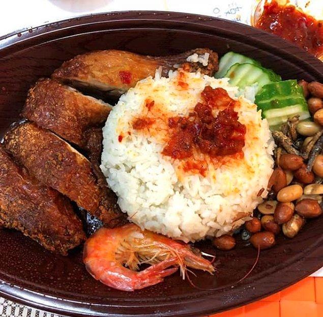 7. Малайзия - две порции нази лемак (оризово ястие, което обикновено се сервира с месо, аншоа, фъстъци и варено яйце)
