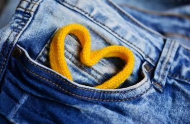 За какво служи малкият преден джоб на дънките?