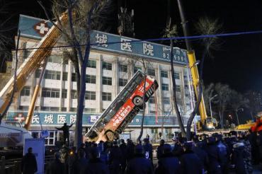 Огромно пропадане погълна цял автобус в Китай